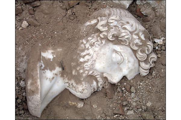 Найдена гигантская статуя императора Адриана