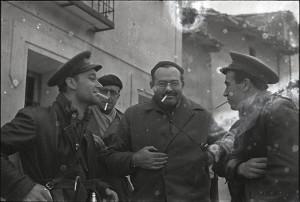 Эрнест Хэмингуэй с американским журналистом и солдатами-республиканцами. Теруэль, Испания. Конец декабря 1937 года