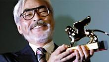 """Хаяо Миядзаки с """"Золотым львом"""" Венецианского кинофестиваля."""